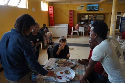 インジェラを食べる風景