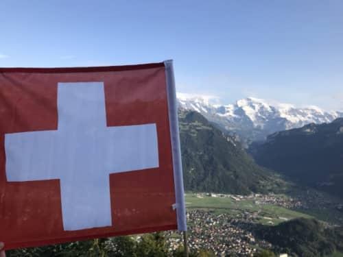 スイス国旗と雪山