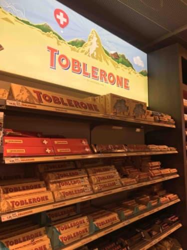 スーパーに並ぶトブラローネ