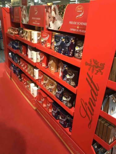 スーパーの店頭に並ぶリンツチョコレート