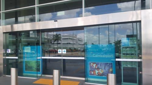ケアンズ空港入り口前