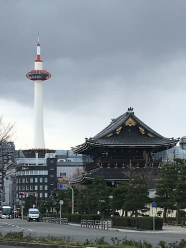 北側・烏丸通りから見た京都タワー