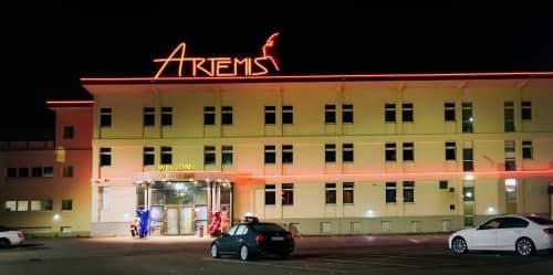 Artemis Sauna Club前にて