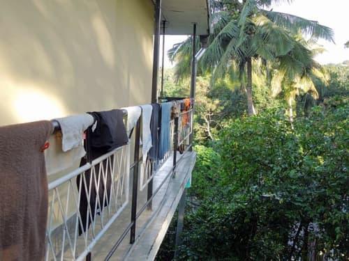スリランカでお洗濯物を干す