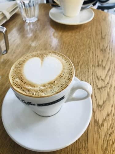 コーヒーショップのカプチーノ