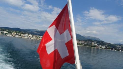 湖とスイスの国旗