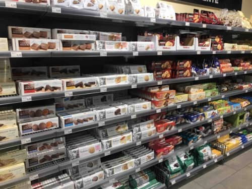 スーパーに並ぶお菓子類