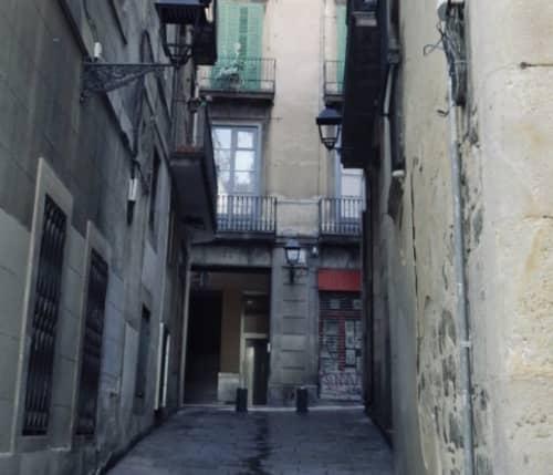 バルセロナの路地裏のアパート群