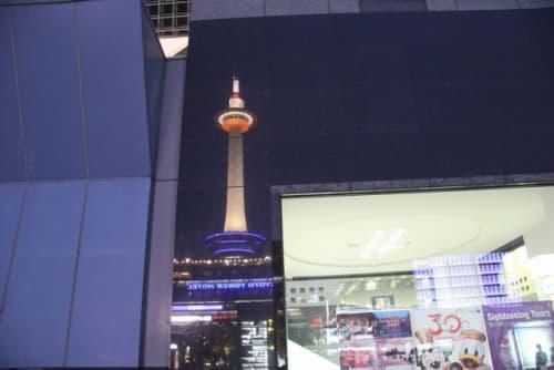 駅ビルに映る京都タワー