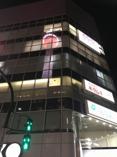 駅前のビルに映る京都タワー