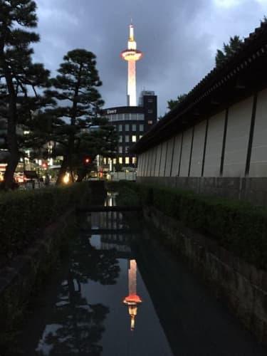 東本願寺の堀の水に映る京都タワー