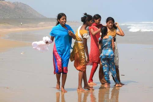 ビーチで遊ぶインド人女性