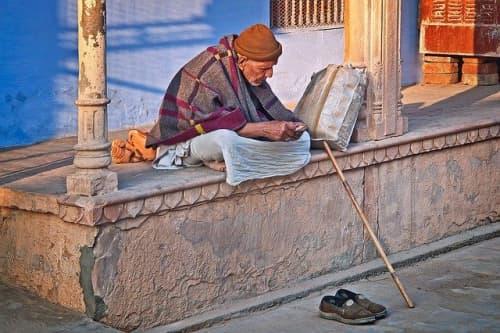 バラナシの街で休憩するインド人のおじいさん