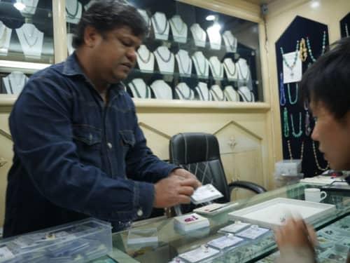 アグラで宝石を買う日本人