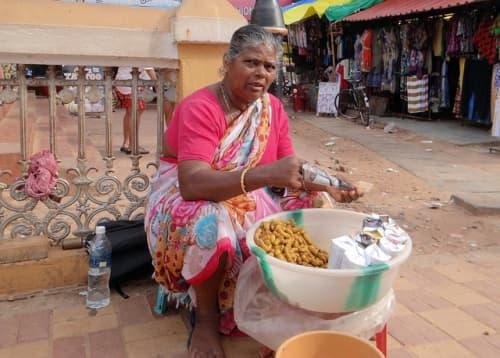 道端で食品を売るインド人おばさん