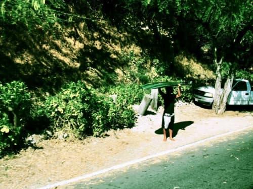 ハワイ道路沿いのサーファー
