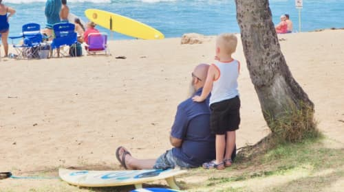 ハワイ 海を見つめる親子