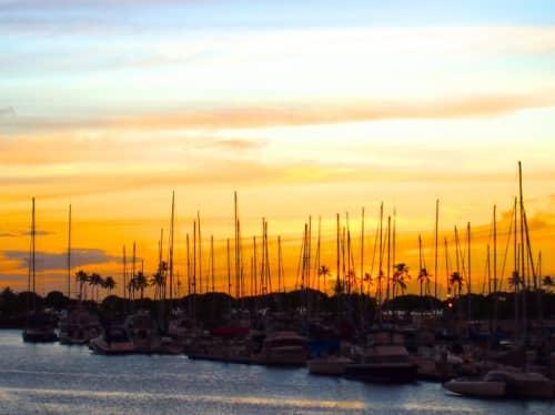 ホノルル港と夕日