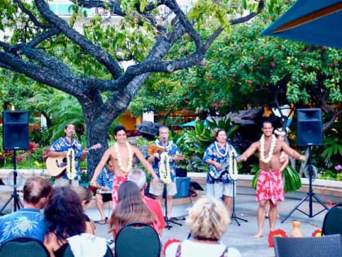ハワイのフラダンスと演奏