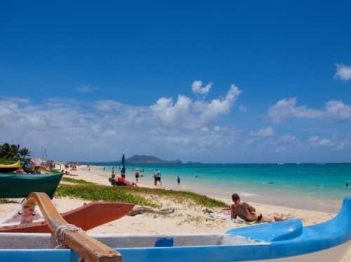 ハワイのビーチとシーカヤック