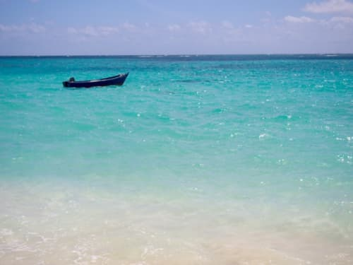 ハワイ透き通った海とボート