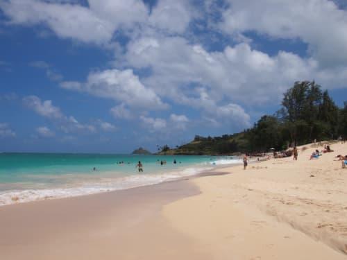 ハワイのビーチと雲