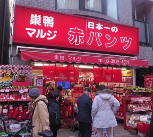 商店街内にお店は全部で4店舗。赤い看板が目印です!