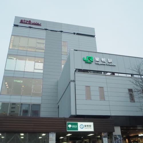 巣鴨駅。JR山手線と都営三田線が走っています。