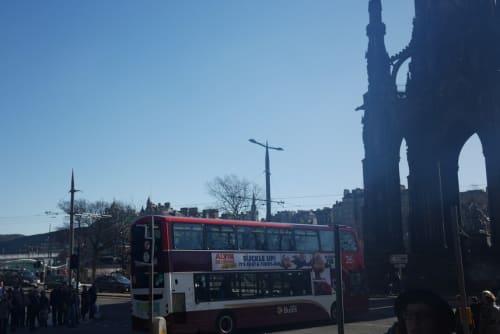 下半分が広告で白いロンドンバス