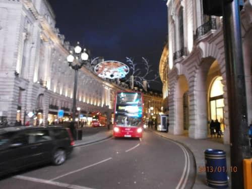 夜のピカデリーを走るロンドンバス