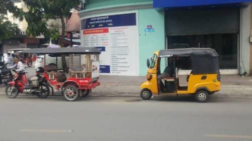 カンボジアのトゥクトゥク旧型と新型