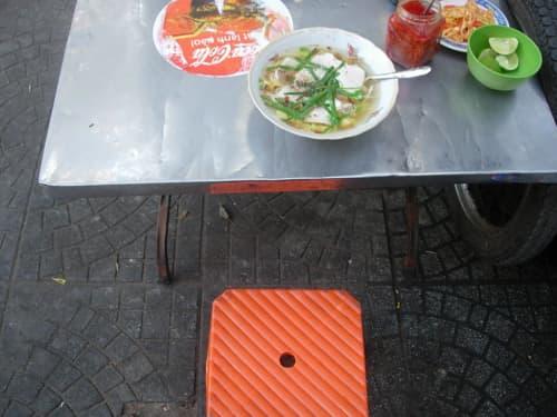 ホーチミンの道端で食べるフォー
