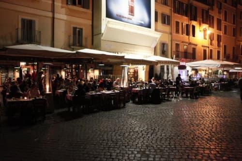 サンタ・マリア・イン・トラステヴェレ広場の噴水周りは夜遅くでもバーが営業中