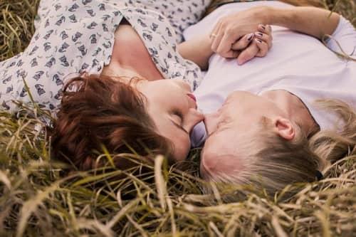 寝転ぶカップル