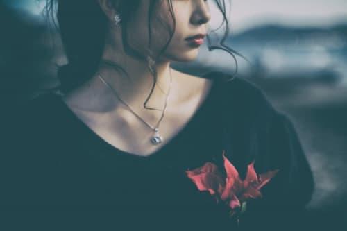 悲しみが晴れない女性