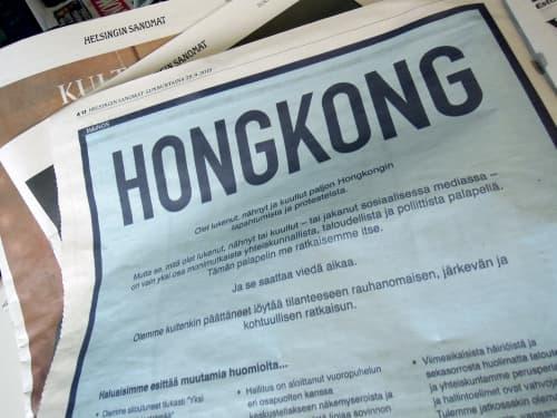Helsingin Sanomatを手にした筆者