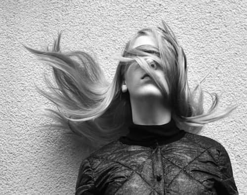目隠しする女性