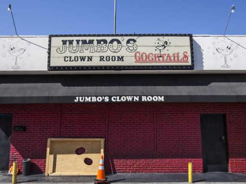 Jumbo's Clown Room前にて