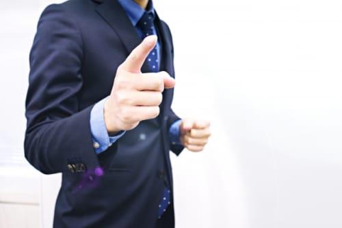 指をさす男性