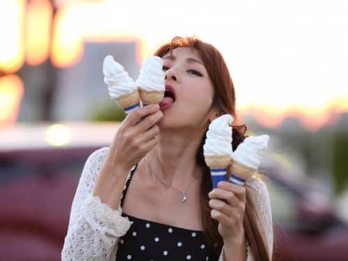 ソフトクリーム 舐める