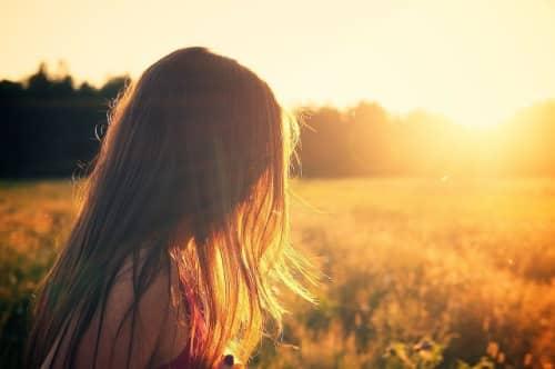 草原に佇む女の人