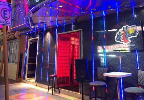 GoGoBar Hong Kong Gentlemen's Club前にて