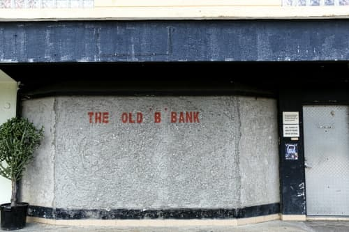 THE OLD B BANK前にて