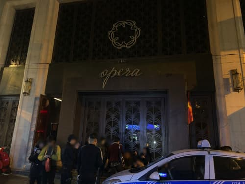 The Opera NightClub前にて
