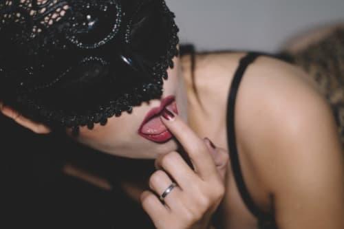 アイマスクをしたエロい女性
