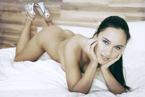 裸で横たわる女性