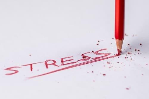 赤い色鉛筆でSTRESSと書いている