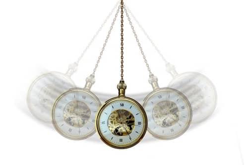 左右に動く懐中時計