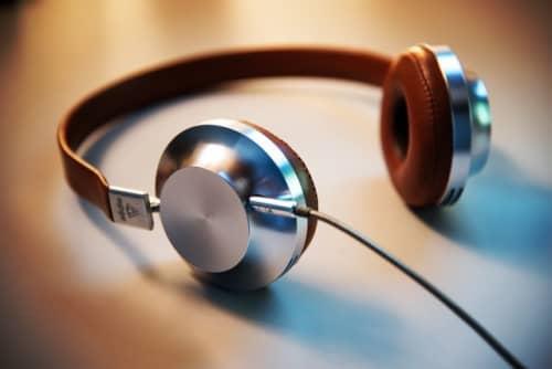 テーブルに置かれたメタリックなヘッドフォン
