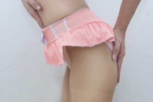 ピンクのフリル付き下着を着た女性の下半身
